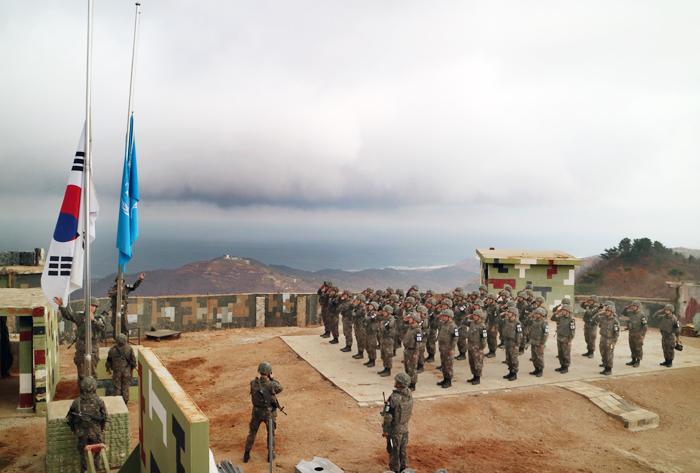 지난 9일 비무장지대의 한 GP(감시 초소)에서 우리 군이 9·19 남북 군사합의에 따라 병력을 철수하면서 태극기와 유엔기를 내리고 있다. 남북은 각각 상징성 있는 GP 1개씩을 남기기로 했으며, 북한은 2013년 6월 김정은 북한 국무위원장이 방문한 중부 지역 최전방 '까칠봉 초소' 보존을 원한 것으로 알려졌다.
