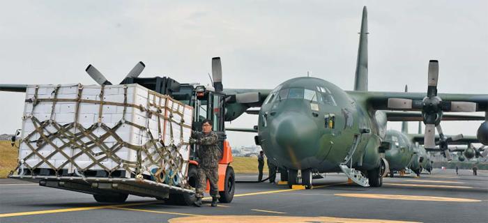 靑 예산으로 산 제주귤 200t, 수송기 4대가 4차례 北送 - 청와대가 지난 9월 평양 정상회담 때 북한이 송이버섯 2t을 선물한 데 대한 답례로 제주산 귤 200t을 북에 보내기로 하면서 11일 오후 제주국제공항에서 귤 상자가 공군 C-130 수송기로 옮겨지고 있다. 12일까지 이틀간 4대의 공군기가 하루 두 차례씩 오갈 예정이다. 시가 4억원 이상으로 추산되는 이 귤은 청와대 예산으로 구입한 것으로 전해졌다.