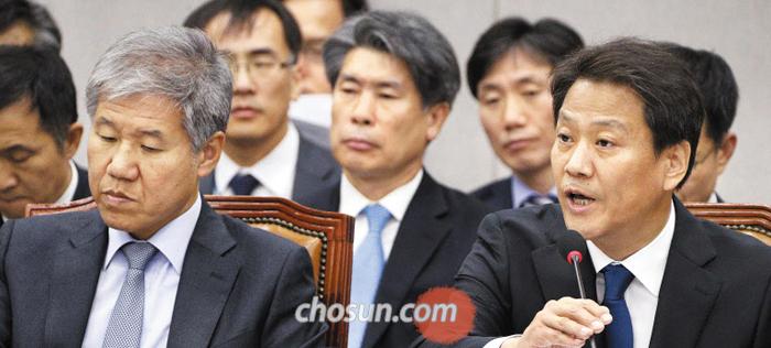 13일 임종석(오른쪽) 대통령 비서실장이 내년도 청와대 예산안을 심사하는 국회 운영위에 출석해 의원들 질의에 답변하고 있다. 왼쪽은 김수현 청와대 정책실장.