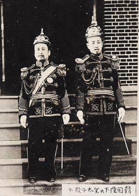 대한제국 초대, 2대 황제 고종(왼쪽)과 순종(촬영 일자 미상).
