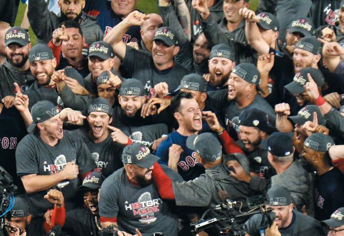 미국 프로야구팀 보스턴 레드삭스 선수들이 지난달 28일 로스앤젤레스 다저스타디움에서 벌인 메이저리그 월드시리즈 5차전에서 LA다저스를 꺾고 우승한 뒤 환호하고 있다. / UPI·연합뉴스