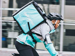 자전거를 몰고 음식을 배달 중인 딜리버루 배달원.