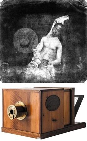 의해서 공표된 직후 상인들은 다게레오타입 카메라를 만들어 판매했다<사진 왼쪽>. 이폴리트 바야르는 자신의 사진술이 정부의 지원을 받지 못한 것에 항의하는 뜻으로, 자신이 익사한 것처럼 꾸민 사진을 찍었다.