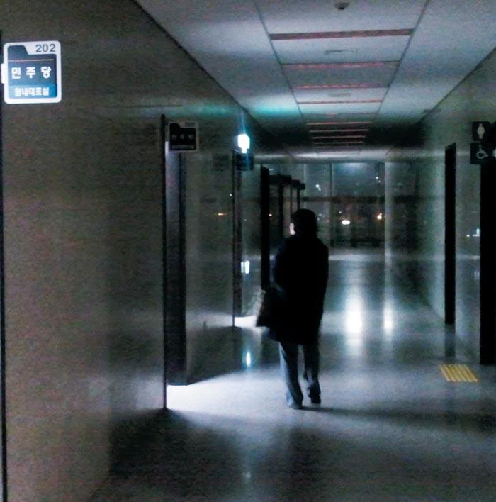 [특파원 리포트] 8년 전 공포에 질린 밤, 국회 불은 꺼져 있었다