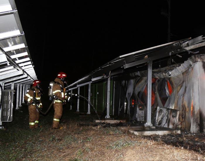 22일 저녁 경남 거창군 위천면 강천리의 태양광발전 시설에 난 불을 소방대원들이 끄고 있다.