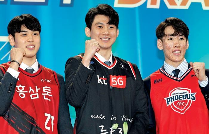 26일 남자 프로농구 신인 드래프트에서 각 팀에 지명된 변준형(KGC인삼공사·왼쪽부터), 박준영(KT), 서명진(현대모비스)이 파이팅을 외치는 모습
