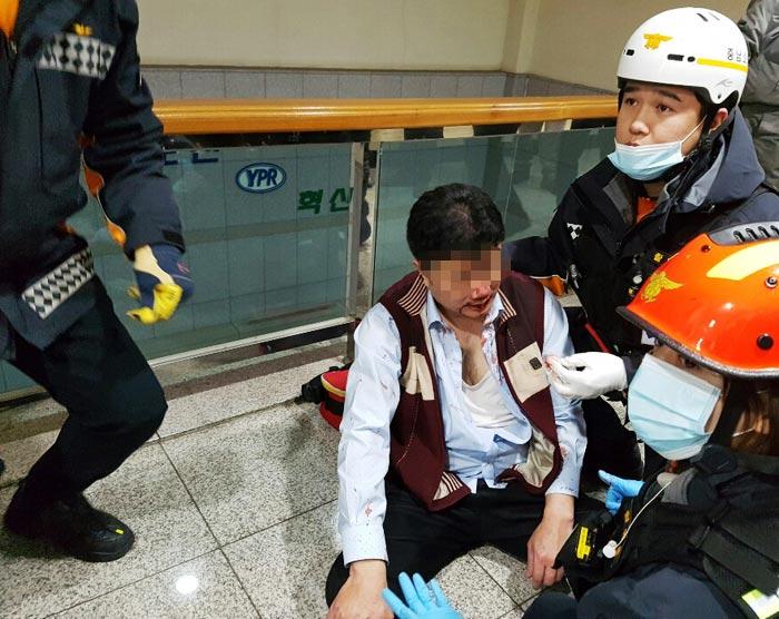 지난 22일 충남 아산시 둔포면 유성기업 본관 2층 대표이사 집무실에서 민노총 금속노조 조합원들에게 집단으로 폭행당한 노무 담당 상무 김모(49)씨가 피를 흘리며 119 구급 대원들에게 응급 치료를 받고 있다.