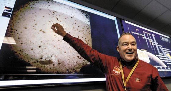 NASA's Dr. Tom Hoffman focuses on the surface of Mars, after the landing of Mars.