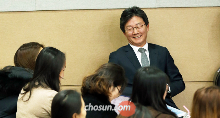 Yoo Seung-min, a lawyer of # Future Party, comes with students before a lecture on # 39; market, country and politics on & # 39; e Ewha Womans University in Seoul on 28 August.