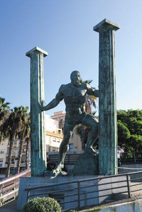 세우타와 지브롤터는 헤라클레스에 의해 한날한시에 태어났다. 세우타 시내 한편에 세워진 거대한 조각은 신화의 그 순간을 표현하고 있다.