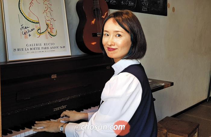 """재일교포 3세 재즈 가수 안사리씨가 남편이 운영하는 음악 카페 피아노 앞에 앉아있다. 심장내과 전문의인 그는 """"병원 레지던트를 할 때도 구석진 방에서 몰래 노래를 불렀다""""고 했다."""