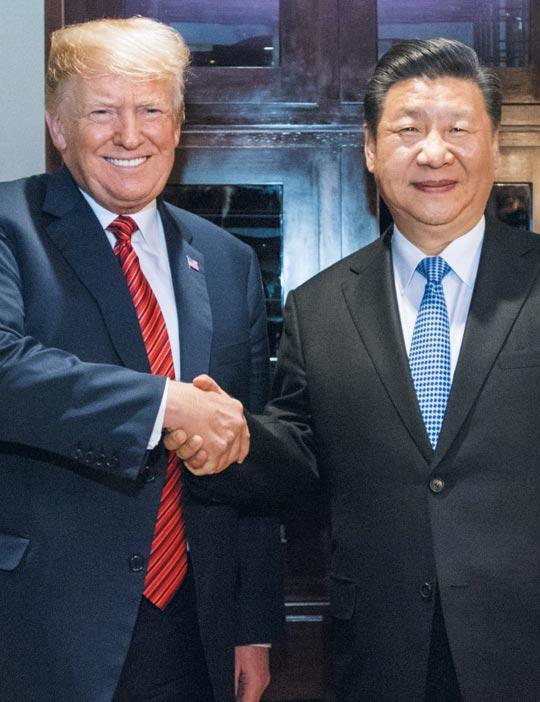 도널드 트럼프(왼쪽) 미 대통령과 시진핑 중국 국가주석이 1일(현지 시각) 아르헨티나 부에노스아이레스에서 열린 업무 만찬에서 악수하고 있다.