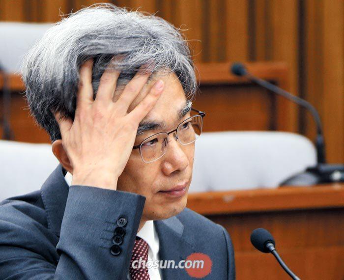 김상환 대법관 후보자가 4일 열린 국회 인사청문회에서 여야 의원들의 질의를 들으면서 머리를 만지고 있다.
