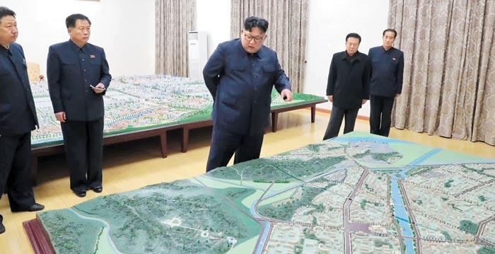 北中접경 신의주 건설계획 살펴보는 김정은