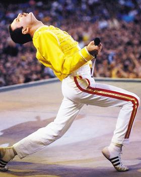 1986년 영국 웸블리 공연 때의 프레디 머큐리. 노란색 밀리터리풍 가죽 재킷과 아디다스 신발은 팬들이 가장 사랑하는 스타일 중 하나다.
