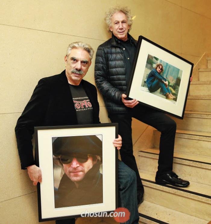 '이매진 존 레논' 전시에 내걸 작품을 든 사진작가 앨런 테넌바움(왼쪽)과 밥 그루엔. 존-요코 부부의 운명적 관계를 가장 가까이에서 지켜봤다.