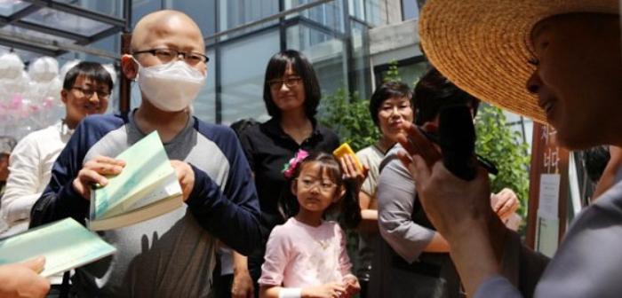 김지명(왼쪽에서 둘째)군은 한참 항암치료 중이던 2013년 5월 서울 성북구 정각사에서 난치병 환아 지원금 300만원을 받았다. 김군은 3년 뒤 성적 장학금을 받아 이 사찰에 다시 기부했다.