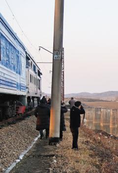 남북 공동 철도 조사단이 5일 북측 경의선 개성~신의주 구간에서 철도 상태를 점검하고 있다.