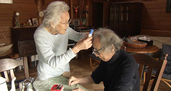 슈이치씨가 밭일하다 나뭇가지에 찔리자 아내 히데코씨가 연고를 발라주고 있다. 노부부는 인생은 세월이 흐를수록 더 아름다워짐을 몸소 보여준다.