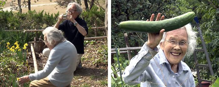 슈이치씨가 밭일하는 히데코씨의 모습을 카메라에 담고 있다. 오른쪽 사진은 밭에서 갓 재배한 커다란 오이를 들며 웃는 히데코씨.