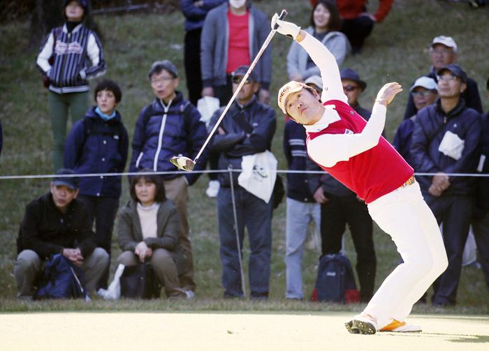 막노동과 수퍼마켓 배달을 하다 20대에 골프를 시작한 최호성은 희한한 스윙으로 40대에 꽃을 피웠다. 지난 2일 끝난 일본프로골프투어 최종전 JT컵에서 나온 최호성의 드라이버 스윙 피니시 모습.