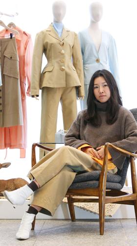 서울 청담동 매장에 전시된 자신의 의상 앞에서 포즈를 취한 디자이너 레지나 표.