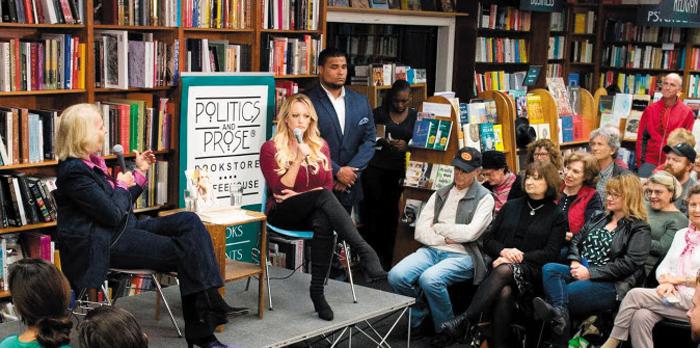 지난 3일(현지 시각) 미국 워싱턴 DC의 '폴리틱스 앤드 프로스' 서점에서 도널드 트럼프 대통령과의 성관계를 폭로한 책을 쓴 포르노 배우 스토미 대니얼스(무대 위 오른쪽)가 간담회를 열고 있다.