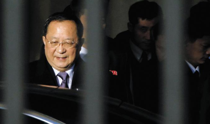 北 리용호는 베이징에 - 리용호 북한 외무상이 6일 중국 베이징 서우두 공항에 도착해 차량으로 이동하고 있다. 리용호는 8일까지 중국에 머물며 왕이 중국 외교담당 국무위원 겸 외교부장 등과 만날 예정이다.