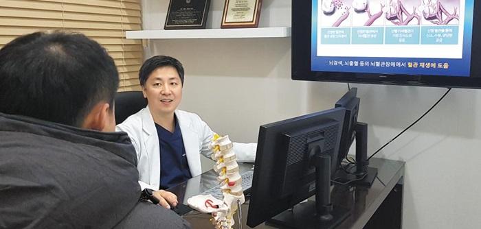 줄기세포 치료에 대해 설명하는 오민철 마디힐신경외과 원장. 최근 줄기세포를 뇌졸중이나 치매 치료에 이용하는 연구가 상당수 이뤄지고 있다.