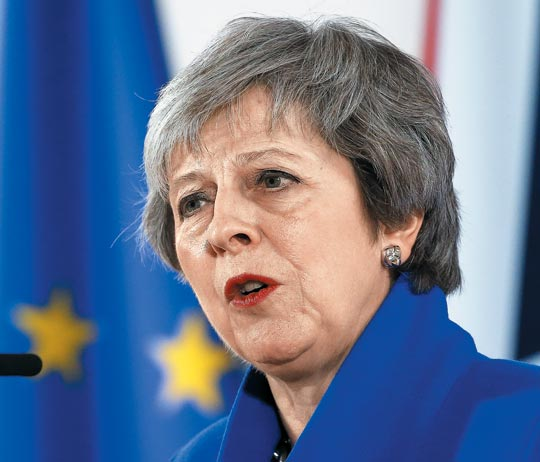 테리사 메이 영국 총리가 지난달 25일(현지 시각) 벨기에 브뤼셀에서 열린 유럽연합(EU) 정상회의에 참석한 뒤 기자회견을 하는 모습.