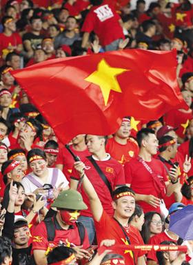 11일 말레이시아 쿠알라룸푸르를 찾은 베트남 원정 팬이 금성홍기를 흔들며 응원하는 모습.