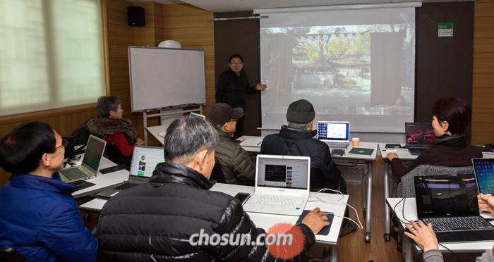 11일 오후 서울 종로구 50플러스센터 강의실에서 유튜버를 지망하는 중장년층 10여 명이 유튜브 채널에 올린 각자의 영상을 보며 토론하고 있다.