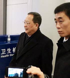 중국 등 순방 마친 리용호 시리아와 베트남, 중국을 차례로 방문한 리용호 북한 외무상이 11일 중국 베이징 서우두 공항에서 평양행 비행기를 타려고 출국장으로 가고 있다.