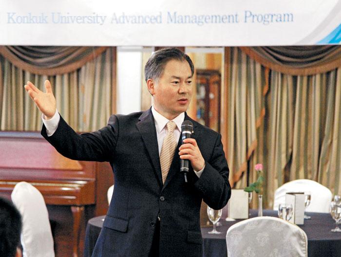 건국대학교 경영전문대학원 최고경영자과정의 박갑주 지도교수가 강의하는 모습.