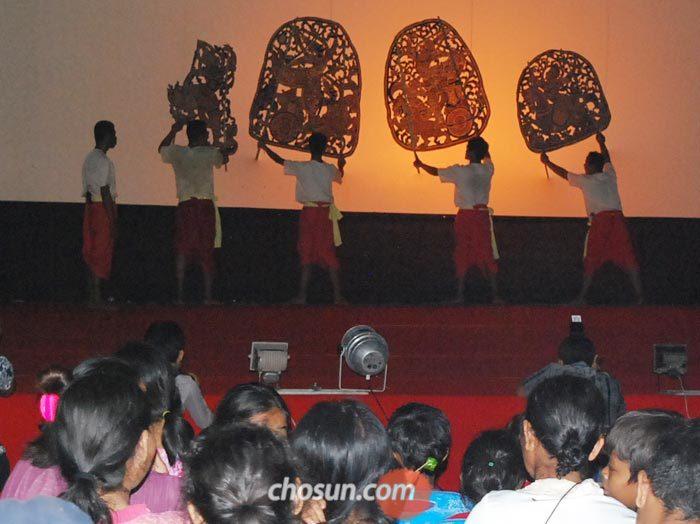 지난 7일 저녁 캄보디아 시엠레아프의 프레아피투 사원 앞 무대에서 전통 그림자극인 스벡 톰 공연이 열리고 있다.