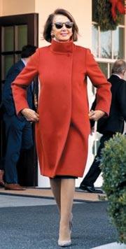 낸시 펠로시 미 하원 원내대표가 지난 11일(현지 시각) 도널드 트럼프 대통령과의 백악관 회동을 마친 뒤 오렌지색 막스마라 코트와 아르마니 선글라스를 쓴 채 허리춤에 손을 올리며 걸어 나오고 있다.