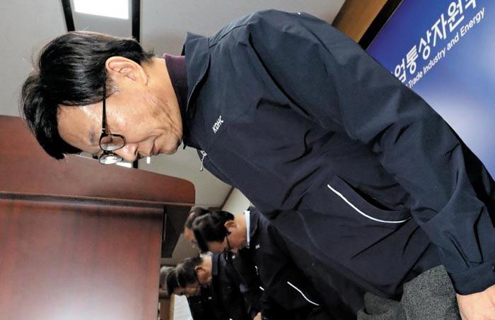 황창화 한국지역난방공사 사장과 임직원들이 13일 정부세종청사에서 경기 고양시 백석역 열수관 사고와 관련해 유가족과 국민에게 사과하고 있다.
