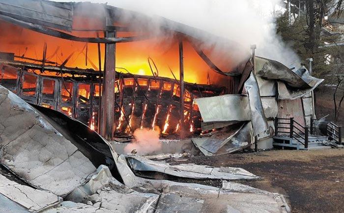 17일 오전 7시 9분쯤 충북 제천시 송학면의 아세아시멘트 공장 건물에서 화염이 일고 있다. 소방 당국은 전력 저장 장치인 에너지 저장 장치(ESS)에서 불이 난 것으로 추정하고 있다.