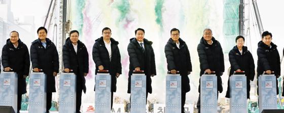 SK하이닉스 이천 M16 첫 삽…최태원 회장 새로운 성장 신화 쓰자