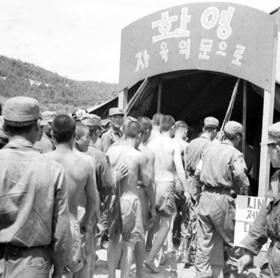 1953년 육군 정훈장교가 촬영한 '막사로 들어가는 포로들'. 북한은 전후 수만명의 국군 포로를 억류해 강제노동을 시켰으나, '국군 포로는 한 명도 없다'고 우기고 있다.