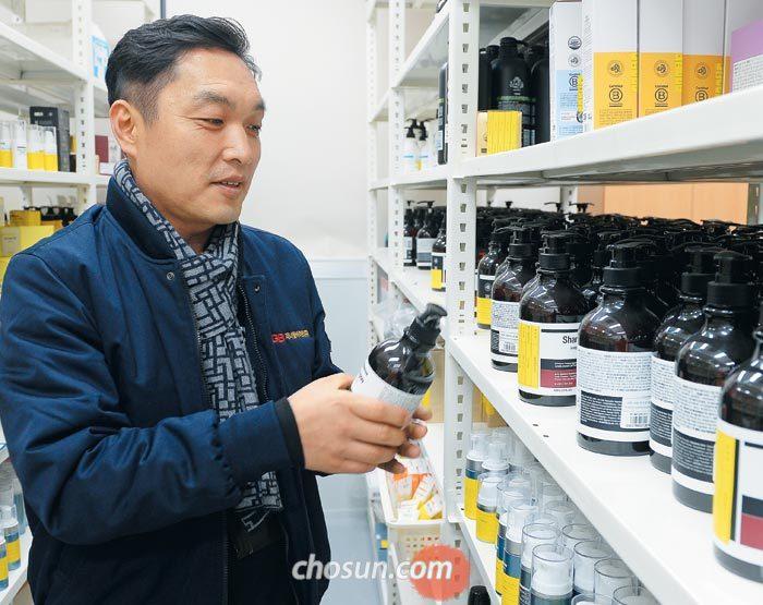'아너소사이어티' 2000호 회원인 서정훈 제너럴바이오 대표가 전북 남원 사옥의 연구실에서 자사 기능성 화장품 제품을 바라보고 있다.