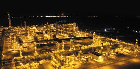 현대엔지니어링이 작년 9월 투르크메니스탄 서부 키얀리(Kiyanly) 사막 한가운데에 3조3400억원을 투입해 건설한 석유화학 공장이 밤에도 불을 밝힌 채 가동되고 있다.