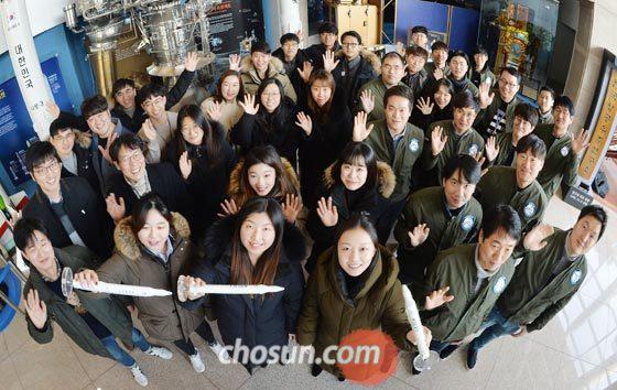 지난 28일 대전 내 우주 스타트업 임직원들이 항공우주연구원 본관 건물에 모여 새해 도약을 다짐하며 손을 흔들고 있다.