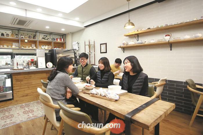 커피와 어묵을 함께 즐길 수 있는 미도카페.