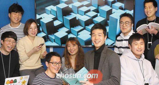 지난 3일 서울 종로구 종로타워에 있는 핀테크 스타트업 렌딧의 사무실에서 김성준(앞줄 오른쪽에서 둘째) 대표와 직원들이 활짝 웃고 있다.