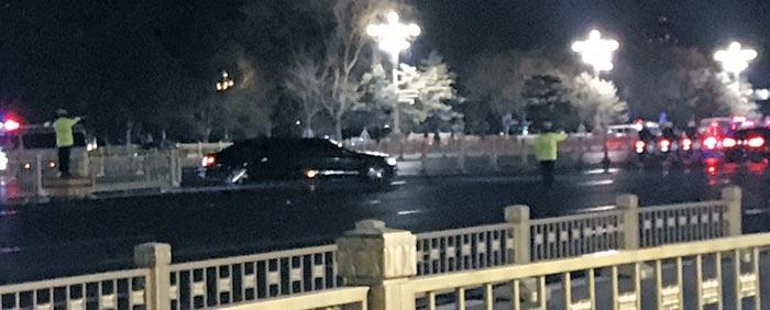 김정은 북한 국무위원장이 탄 것으로 보이는 차량이 8일 밤 중국 공안의 호위를 받으며 베이징 인민대회당을 나서고 있다.