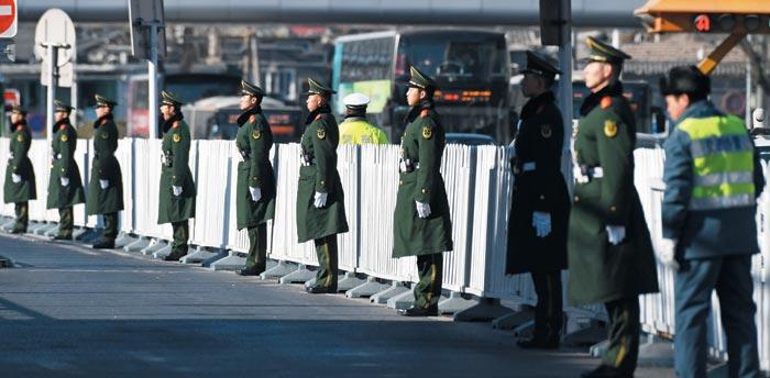 김정은 북한 국무위원장이 8일 특별열차를 타고 베이징역에 도착한 직후 중국 경찰들이 역 일대에서 경비를 서고 있다.