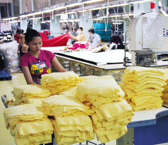 베트남 호찌민 탄푸구에 있는 이랜드 탕콤 공장에서 직원들이 한국과 미국으로 수출되는 의류 제품을 생산하고 있다. 이 공장은 한국서 주문하면 5일 만에 제작해 배송하는 시스템을 구축해 이랜드 스피드(speed) 경영의 핵심 생산 기지로 떠올랐다.