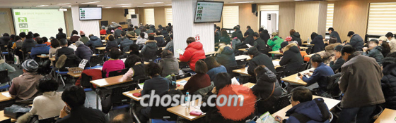 앉을 자리 없는 실업급여 설명회 - 9일 오후 서울 마포구 서울서부고용복지플러스센터에서 열린 실업급여 설명회는 많은 사람으로 북적였다.