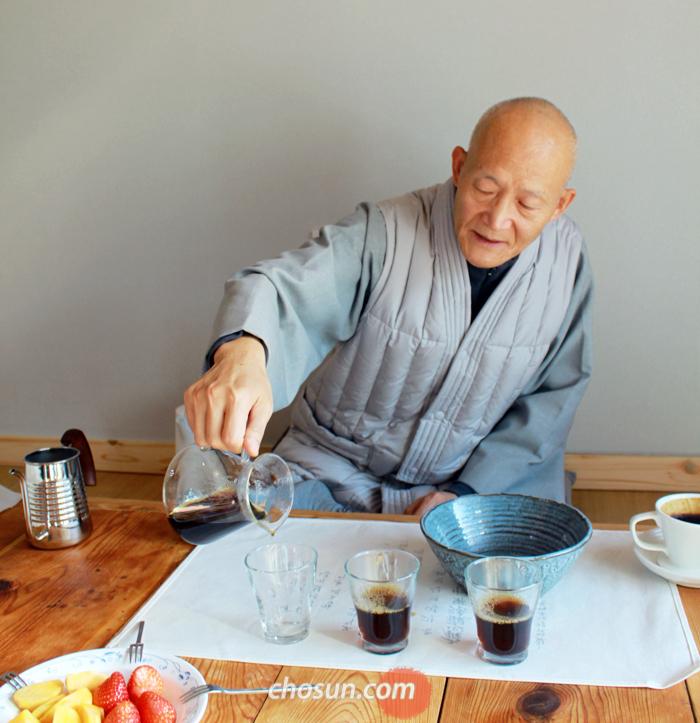 """직접 갈아 내린 커피를 따르는 청전 스님 모습은 생전의 법정 스님을 닮았다. 그는 """"송광사로 출가해 법정 스님과도 인연이 많았다""""고 했다."""